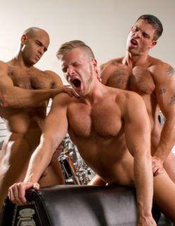 Amigos sarados se divertem em uma orgia gay