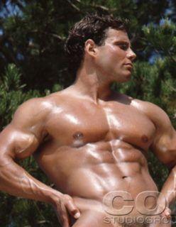 Fotos de fisiculturista pelado mostrando a rola