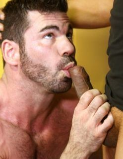 Homens malhados fazendo sexo no vestiário
