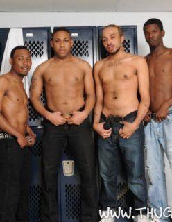 Negros dotados fazendo uma boa orgia gay