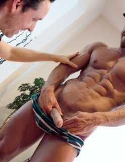 Homem malhado se masturbando gostoso