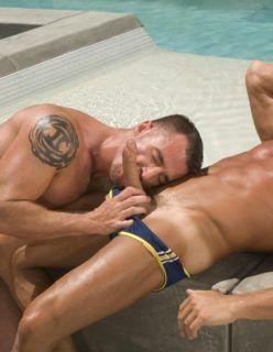 Machos sarados transando na piscina