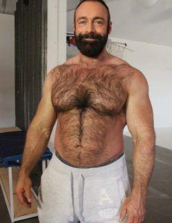 Homem parrudo mostrando corpo sarado