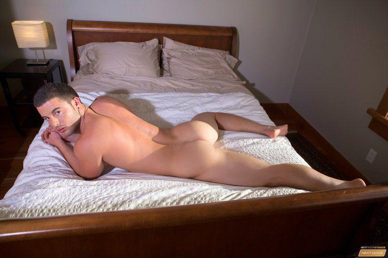 Garoto gostoso batendo punheta na cama