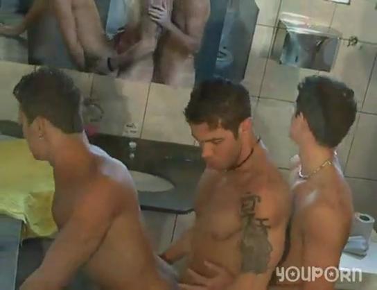 Fotos de Gays Transando no banheiro do clube