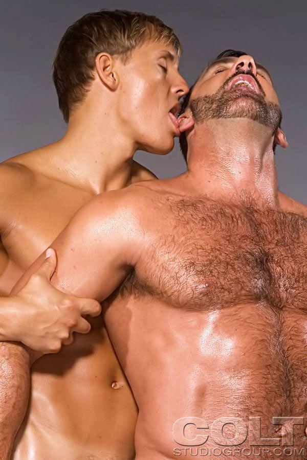 Homens fazem ensaio sensual pelados