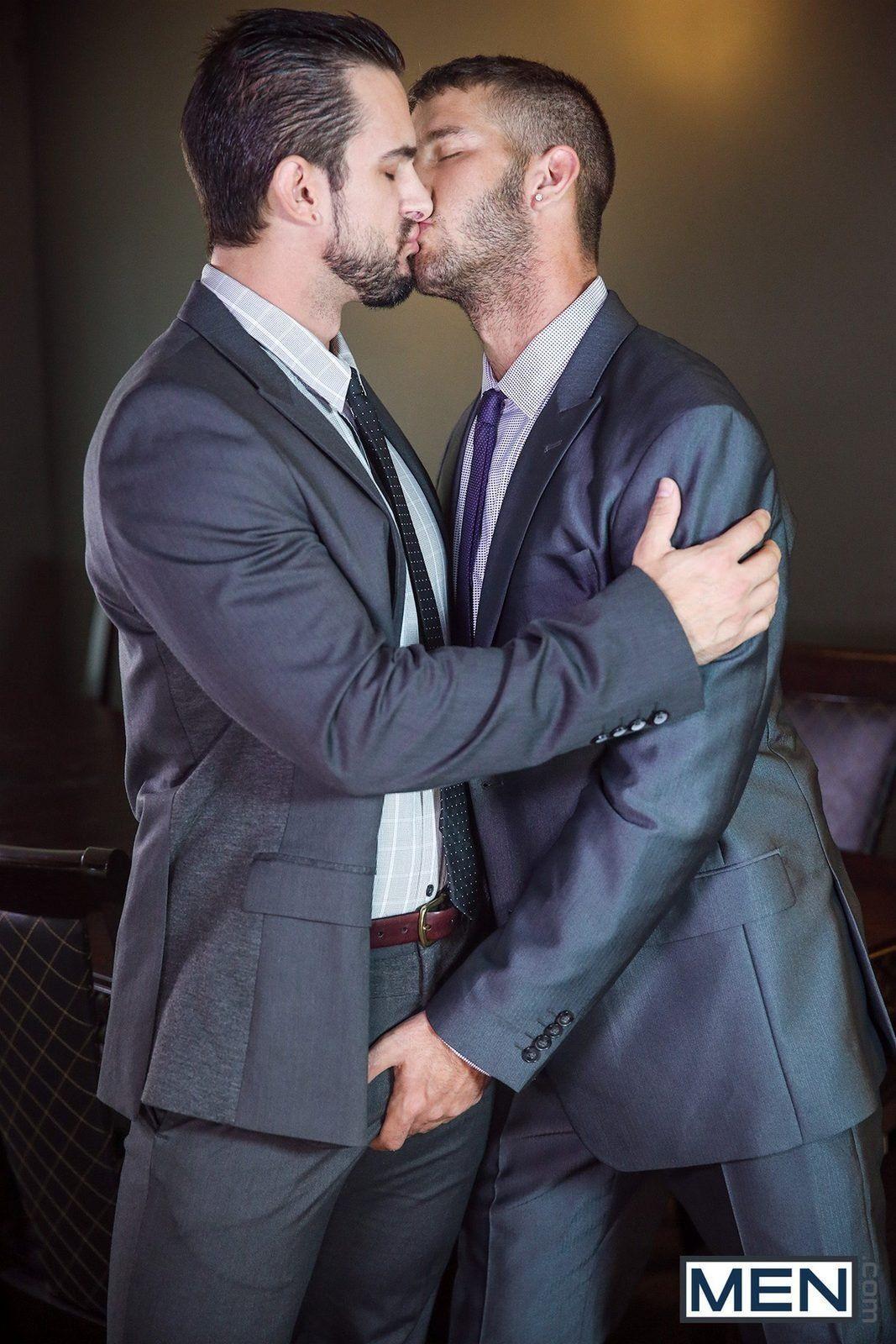 Machos gays fazendo sexo oral no escritório