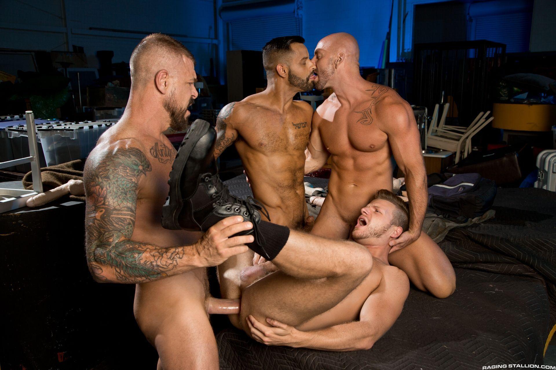 Suruba entre machos gays safados