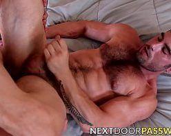 Homem casado peludo dando a bunda pra um amigo gay