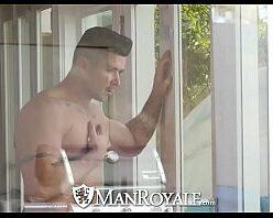 Homem loiro lindo dando a bunda pro amigo hétero
