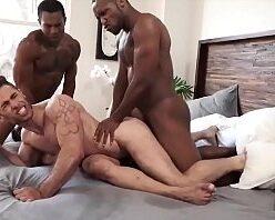Gay lindo e gostoso sendo comido por negões