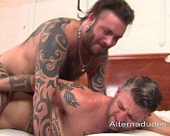 Pornô com homens tatuados gostosos fazendo sexo no motel