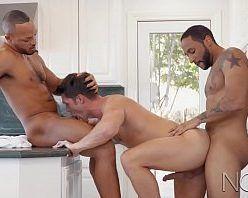 Homens gostosos ativos e roludos comendo a bunda do veado