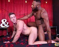 Homem negro dominador arregaçando o cu do branquinho