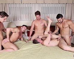 Sexo grupal gay com homens gostosos pelados
