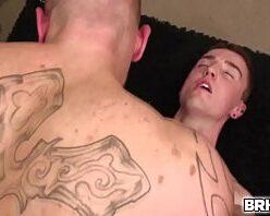 Vídeo de safadeza com ativo masturbando e fodendo gay