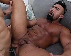 Moreno gostoso saradão dando a bunda de pau mole