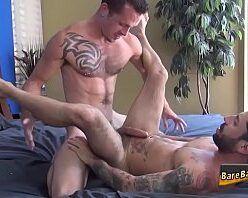 Homens tatuados gostosos fazendo sexo gay quente
