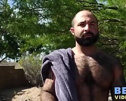 Coroa gay dando a bunda pro vizinho barbudo
