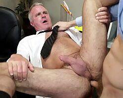 Comendo o cu peludo do chefe casado no escritório