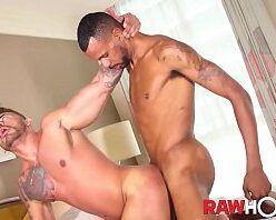 Sexo anal até o talo com negão fodendo loiro