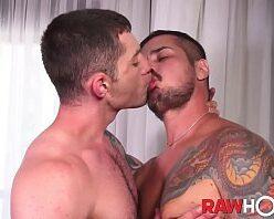 Vídeo de tatuado comendo cu de branquinho gay
