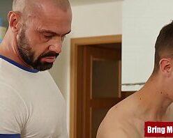 Pornor gay novinho sendo fodido por hétero roludo