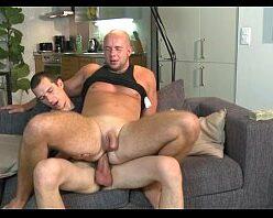 Assistir homens pelados fazendo sexo gay no sofá