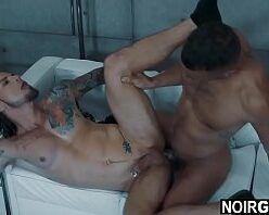 Gay tatuado dando a bundinha pro negão