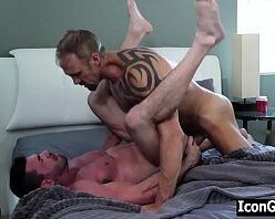 Homens fudendo gostoso no sexo gay na cama