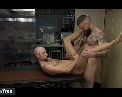 Porno gay careca dando o cu pro barbudo metedor
