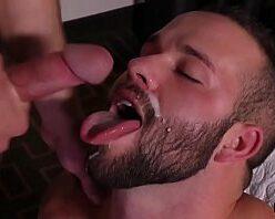 Sexo e gozada na cara do barbudo passivo