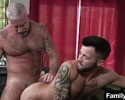 Homem maduro pelado comendo cu de veado
