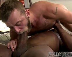 Gay chupando pica grande e dando o cu com vontade
