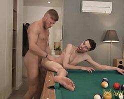 Kinguys vídeo de sexo gay em cima da mesa de sinuca